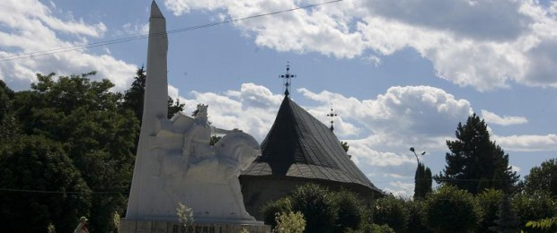 Statuia_si_Manastirea_Bogdana