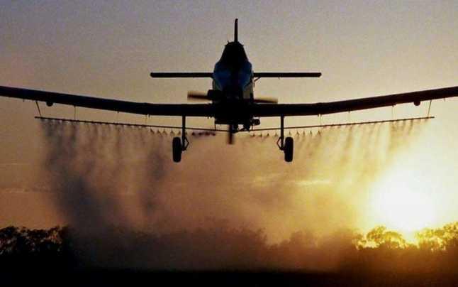 Dezinsectie prin pulverizare aeriana, cu ajutorul unui elicopter specializat, pentru combaterea tantarilor, mustelor si a insectelor taratoare